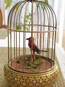 Механическая певчая птичка в клетке