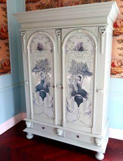 Старинный шкаф с ручной росписью