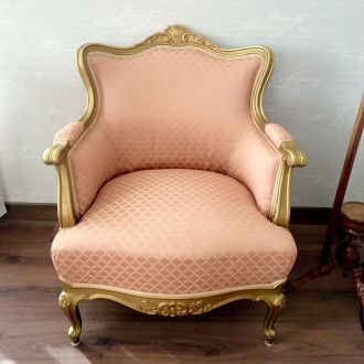 Кресло светло кораллового цвета